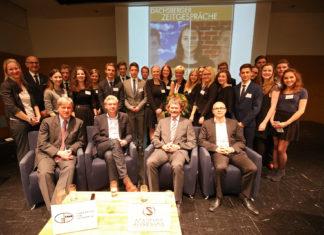 Gruppenfoto der Schüler und Experten bei den Dachsberger Zeitgesprächen 2015