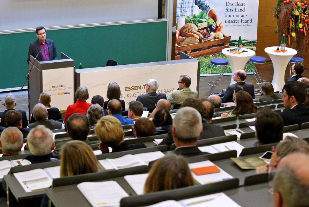 Ethnologist Prof. Dr. Marin Trenk (Goethe University Frankfurt/Main) talked about culinary globalisation [(c) Land OÖ/Stinglmayr]