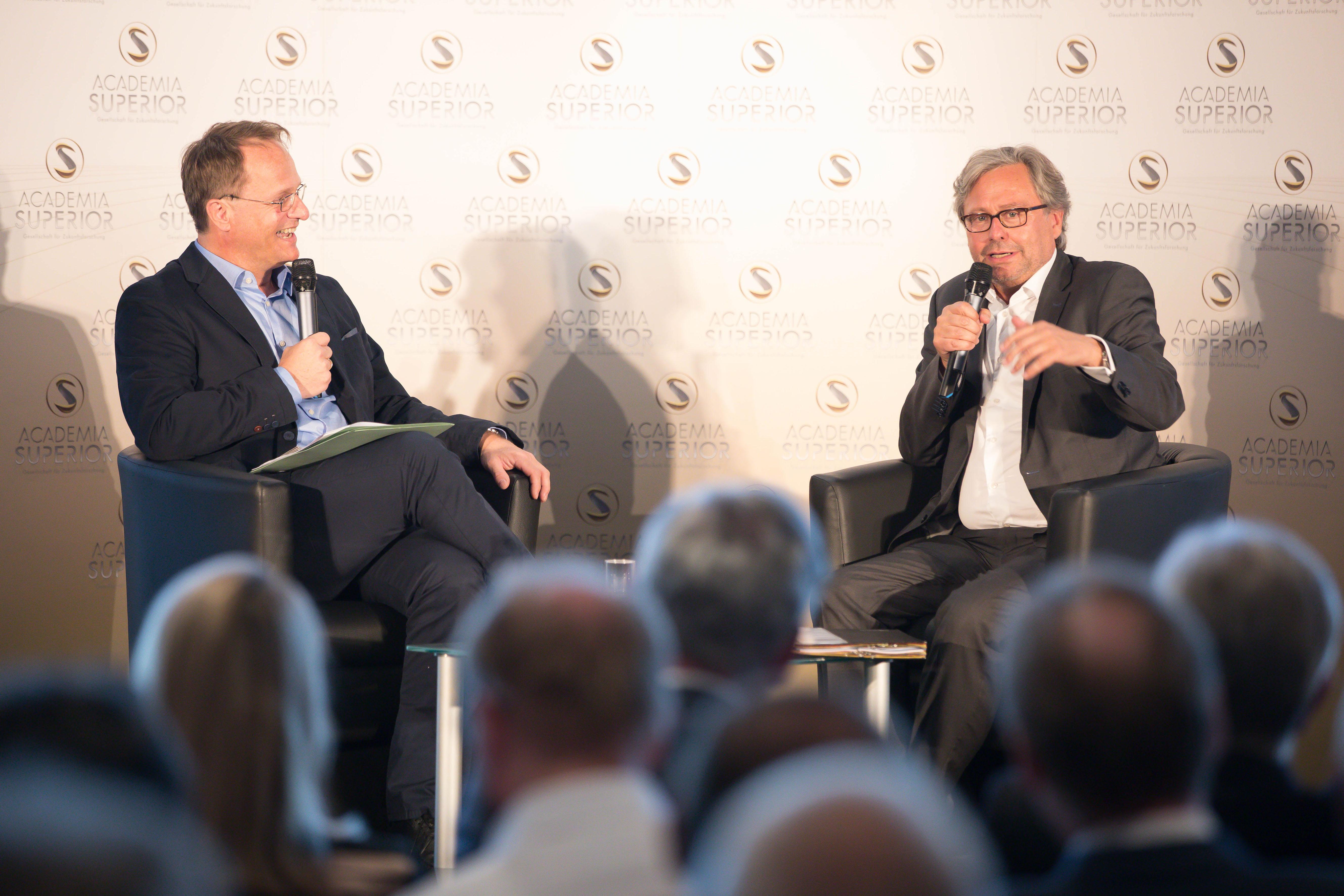 Foto 1: ORF Generaldirektor Dr. Alexander Wrabetz und Univ.-Prof. Dr. Markus Hengstschläger im DIALOG im Südflügel des Linzer Schlosses