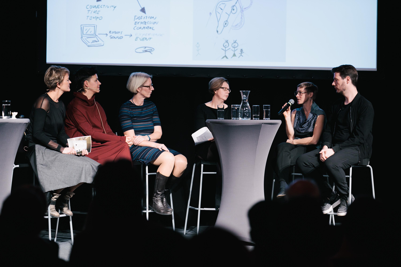 Foto 2: Art & Science Discussion, vlnr.: Daniela Knaller (Moderation), Azra Akšamija, Anna Minta, Karin Bruckmüller, Marianne Pührerfellner und Sander Hofstee © vog.photo
