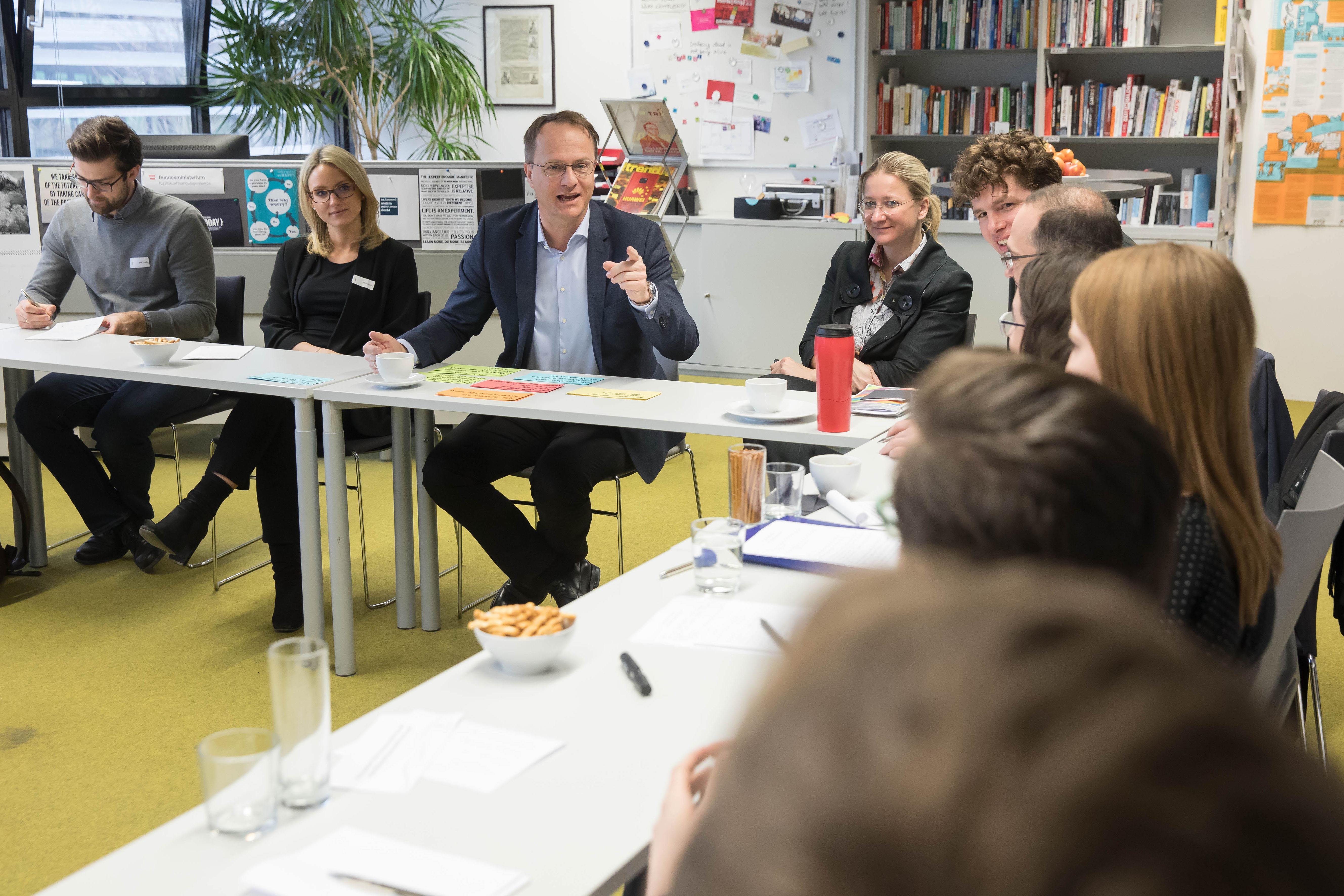 Foto 1: Studierende und Markus Hengstschläger bei den Diskussionen in der ACADEMIA SUPERIOR