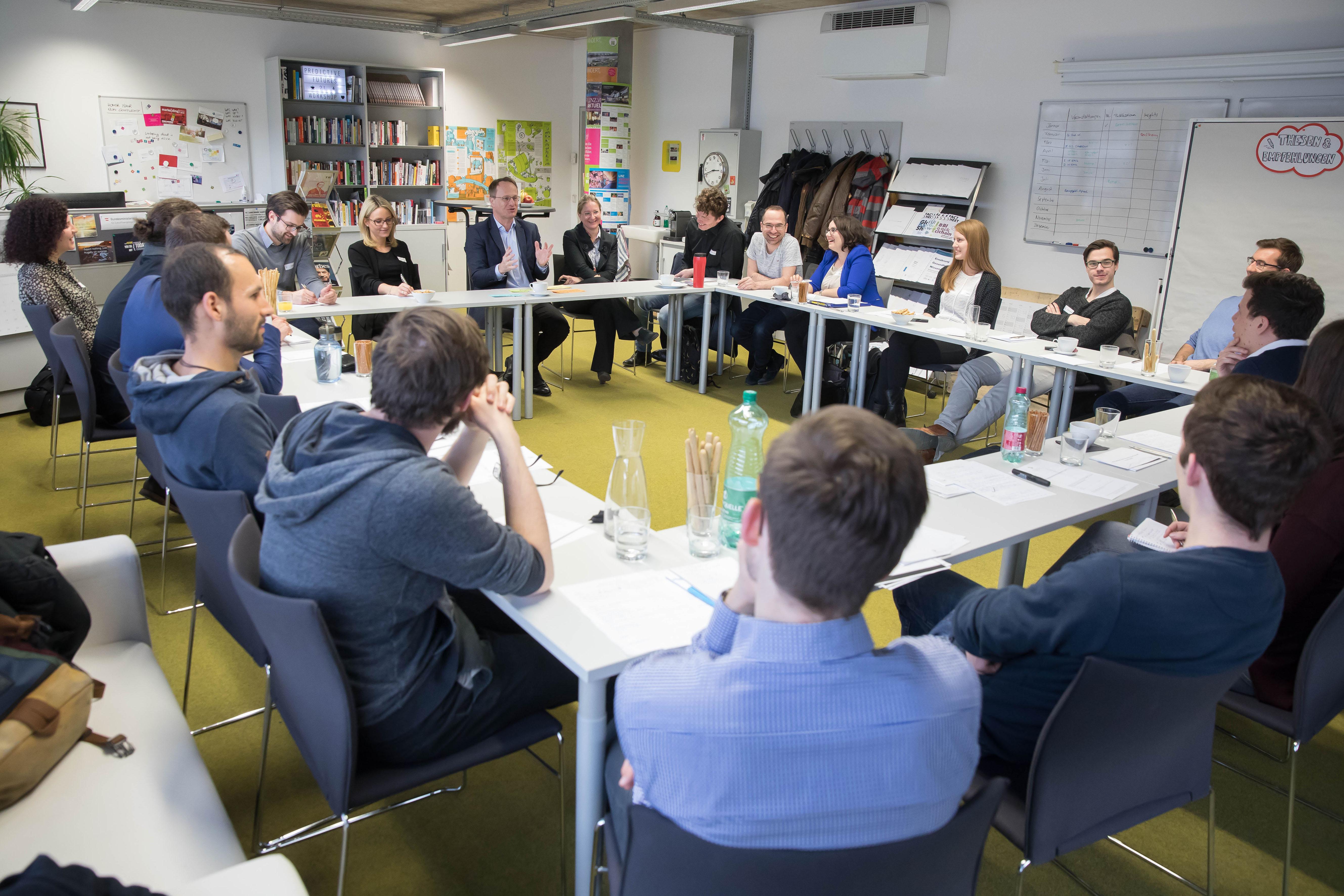Foto 2: Studierende und Markus Hengstschläger bei den Diskussionen in der ACADEMIA SUPERIOR