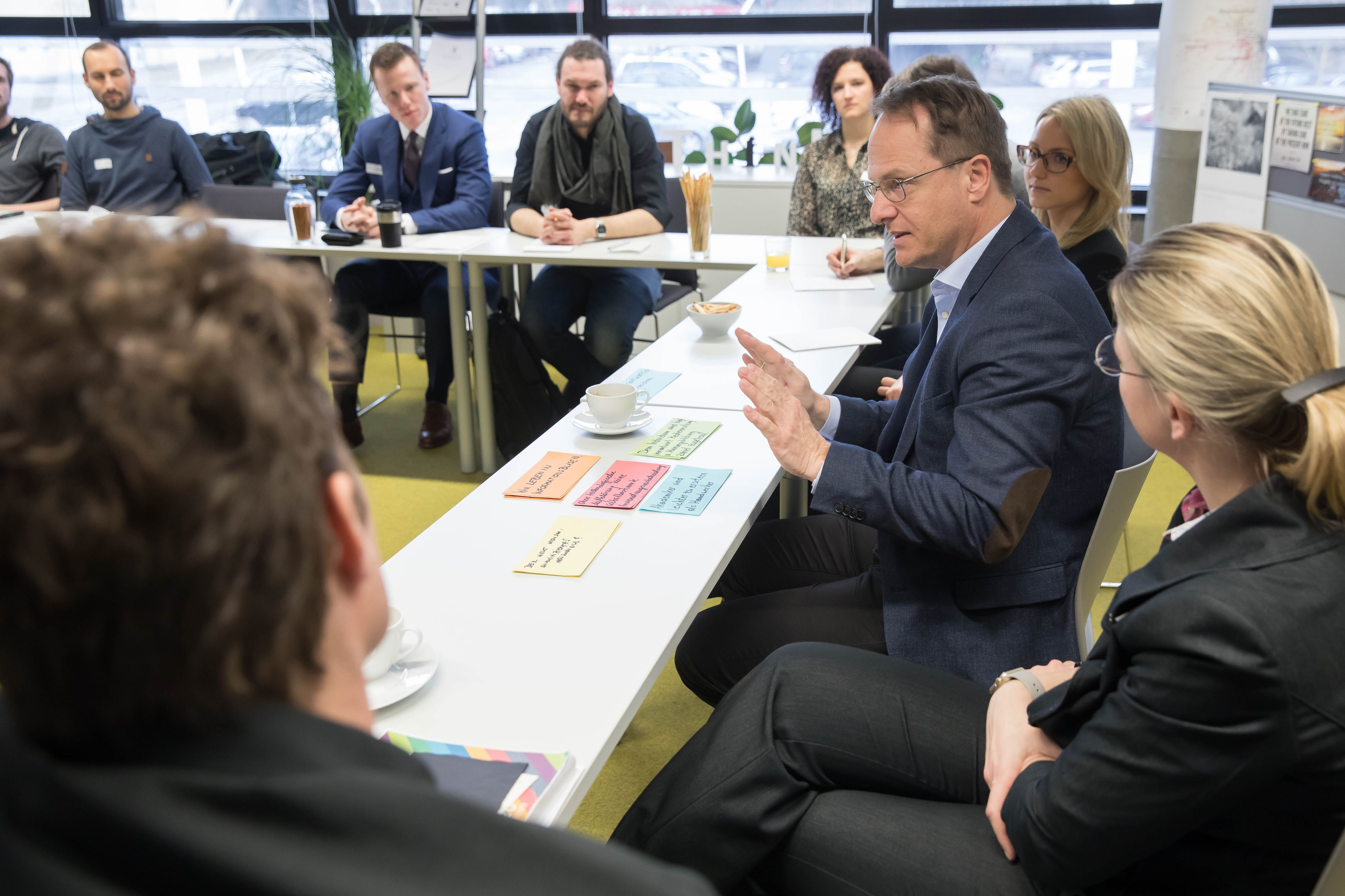 Foto 3: Studierende und Markus Hengstschläger bei den Diskussionen in der ACADEMIA SUPERIOR