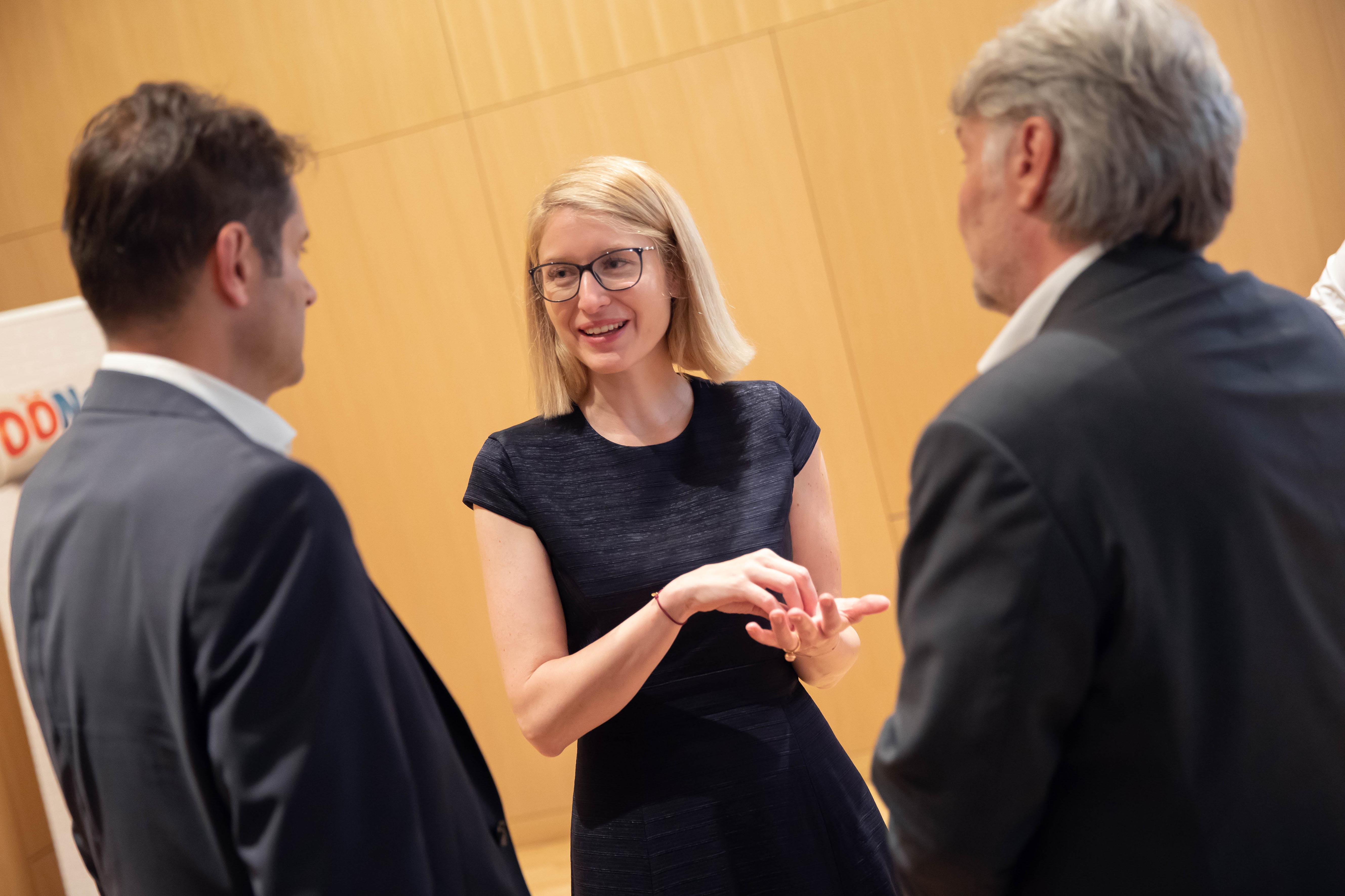 Foto 3: Dr. Michael Heinisch (Vinzenz Gruppe), LH-Stv. Mag. Christine Haberlander (ACADEMIA SUPERIOR), Mag. Raimund Kaplinger (die elisabethinen linz-wien).