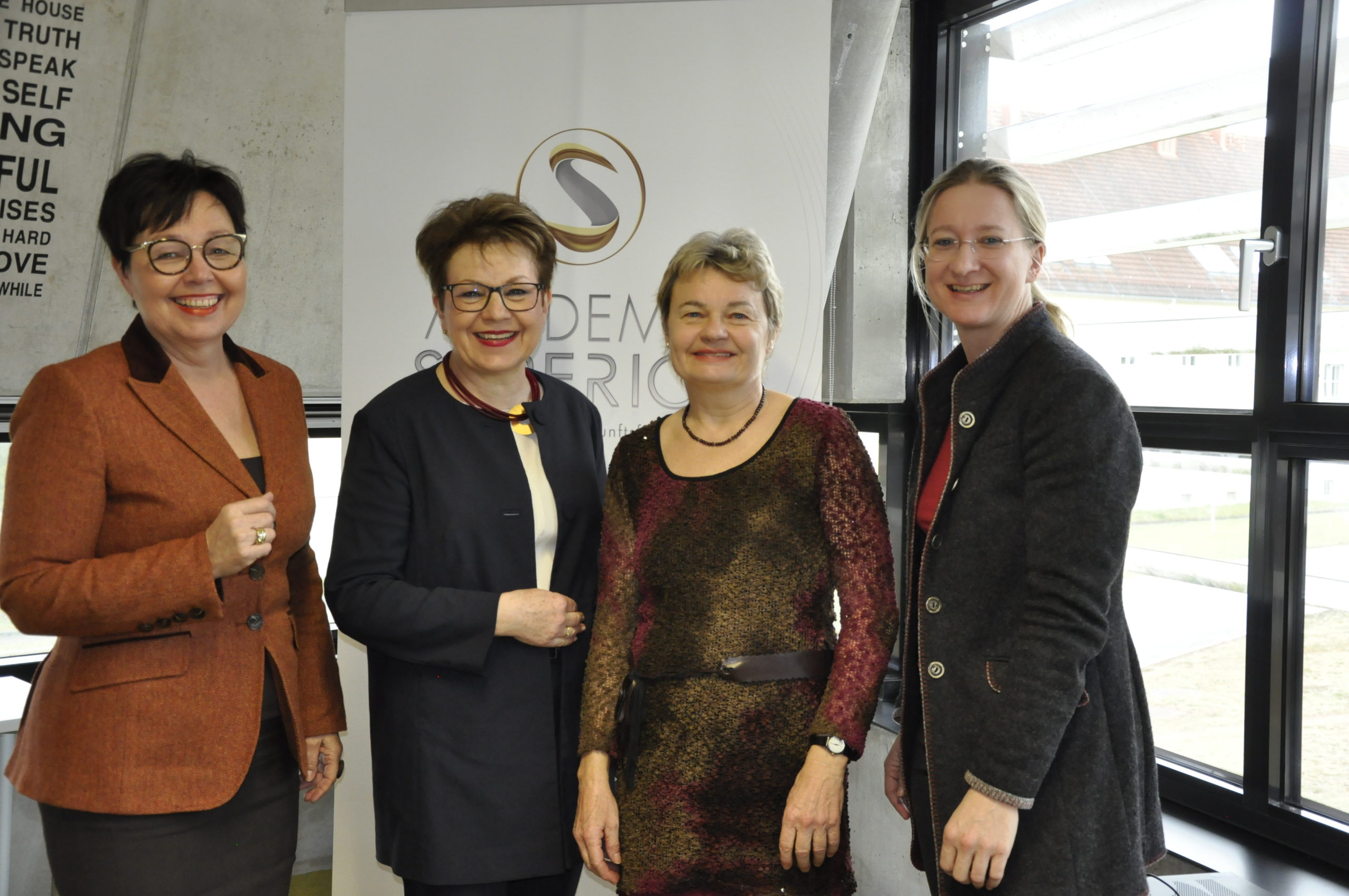Foto v.l.n.r.: Claudia Durchschlag (Frauen im Trend), Ingrid Trauner (Trauner Verlag), Reinhilde Spiekermann (BRG Enns), Claudia Schwarz (ACADEMIA SUPERIOR)