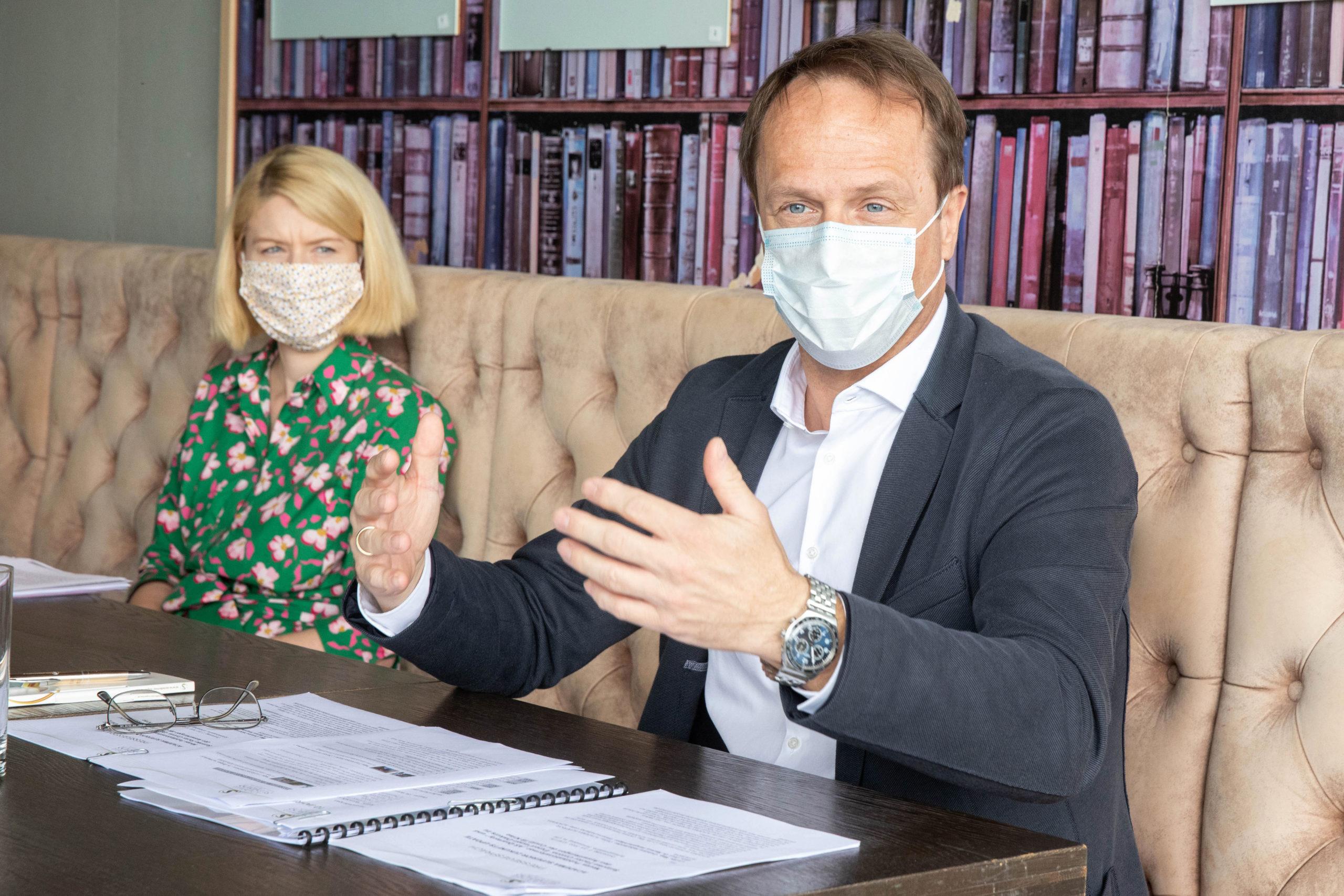 Foto 2: Christine Haberlander und Markus Hengstschläger