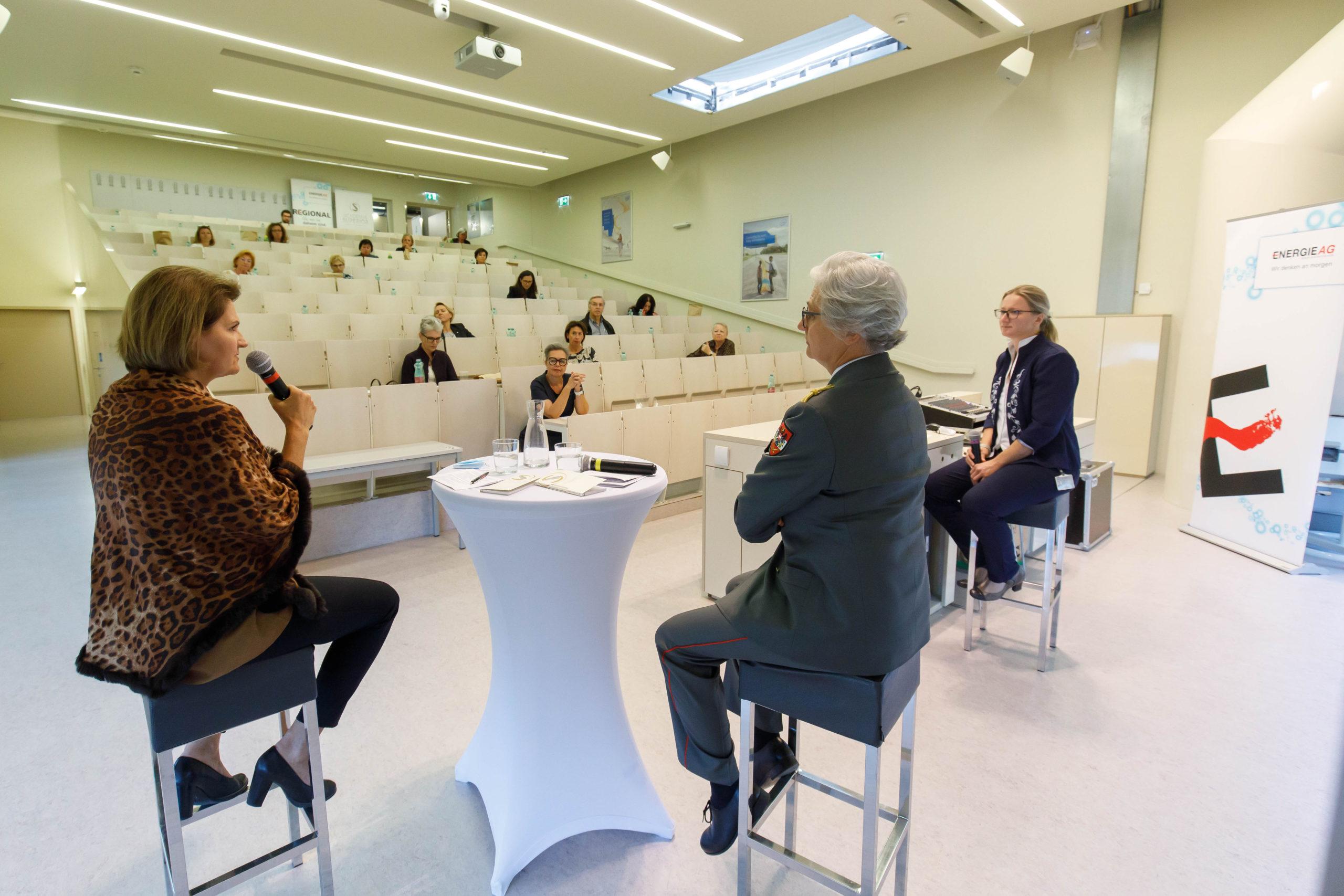 Foto 3: Gesprächsrunde mit Gertrude Schatzdorfer-Wölfel und Sylvia Sperandio