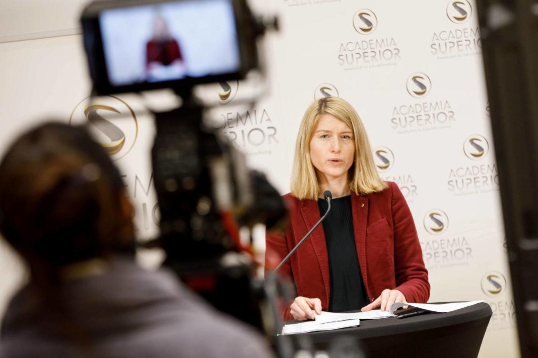 Christine Haberlander präsentiert das Dossier Demenz in OÖ