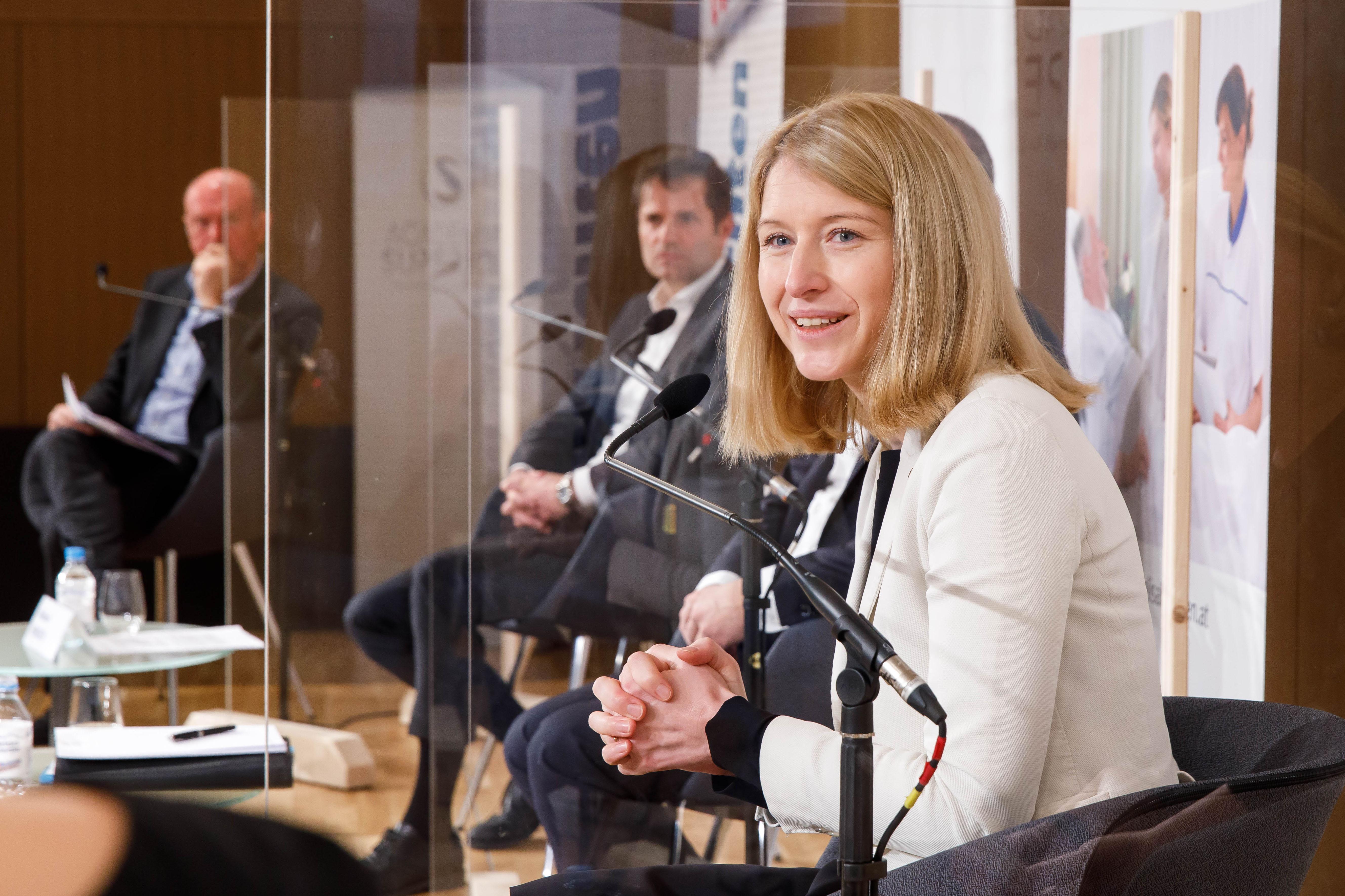 Foto 5: Landeshauptmann-Stellvertreterin Mag. Christine Haberlander, Obfrau ACADEMIA SUPERIOR